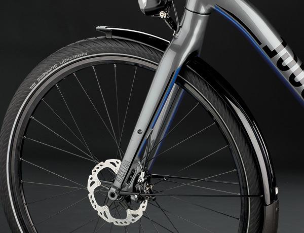 Technik ganz vorne: verwindungssteife Gabel mit 15-mm-Steckachse, innen liegende Bremskabel, effizienter  Shutter Precision-Nabendynamo