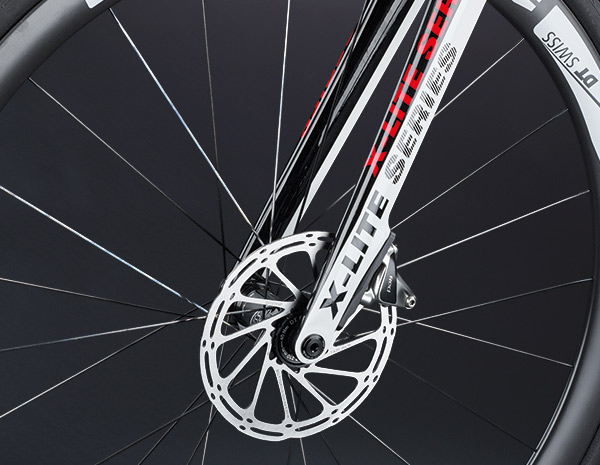 Full-carbon fork with 12 mm thru axle and Flat Mount disc – best braking performance in any weather