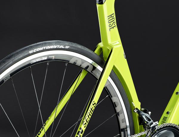 Aérodynamique maximale grâce au tube de selle voyant, parfaitement adapté aux pneus