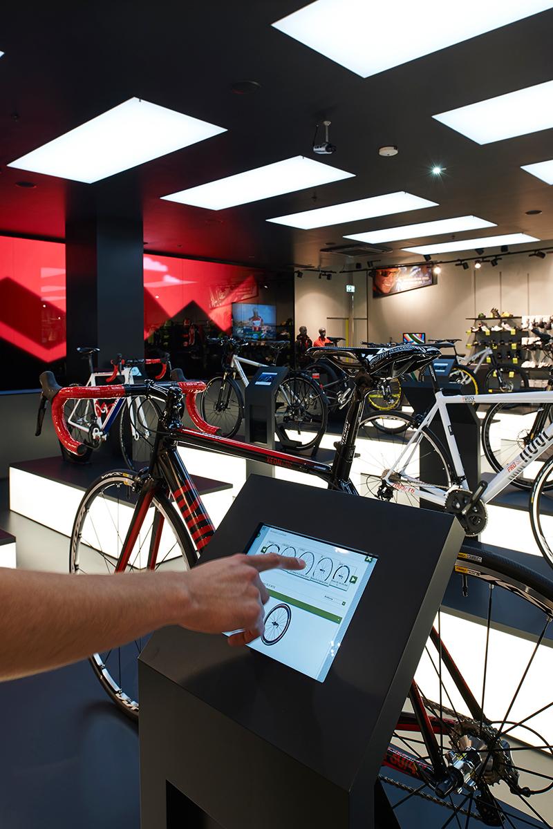 På den interaktiva väggen, kan du se din cykel i naturlig storlek