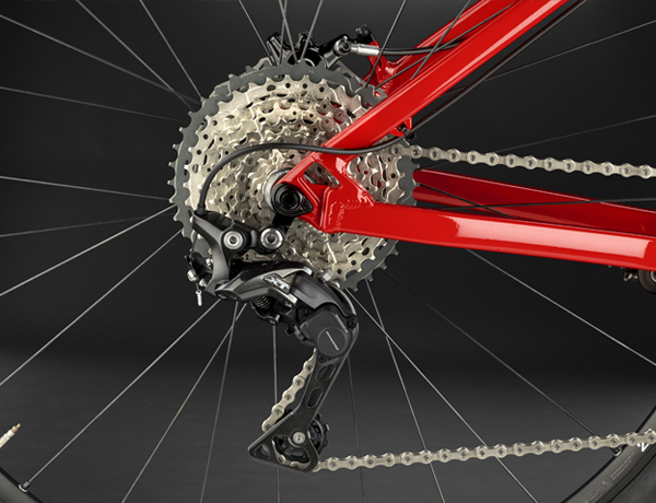 Rear derailleur: Consequent chain movement for a more silent and stable riding experience – the Shimano Deore XT rear derailleur with Dyna-Sys technology allows you to adjust the spring tension at the touch of a button.
