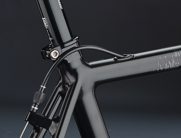 Take it lightly: flat top tube for easier carrying of the bike, beautiful internal cable routing
