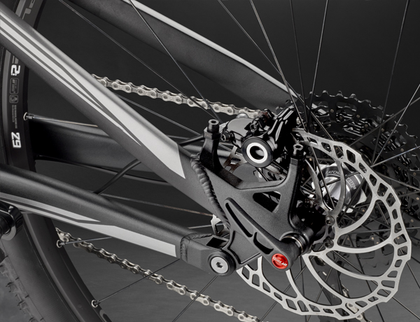 No half measures: thru axle and strong disc brake including post mount socket and 180 mm rotors at the rear stay