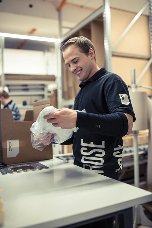 ROSE Mitarbeiter an der Packstation