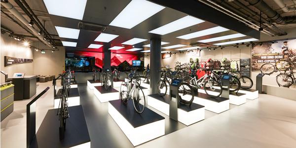 Configuradores de bicicletas y accesorios en una tienda de más de 300 m.