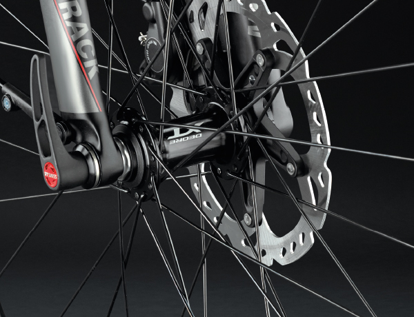 Für noch mehr Sicherheit: Gabel mit 15 mm Steckachse und bissigen Shimano XT Discs
