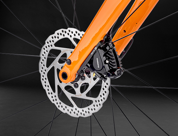 A strong appearance: Full-carbon fork with 15-mm thru axle and internally routed brake hoses