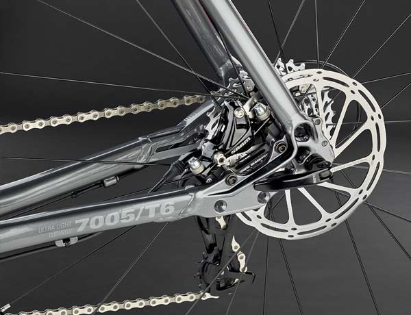 Well protected in the rear triangle: disc brake with PostMount disc brake standard, 10 mm quick release skewer