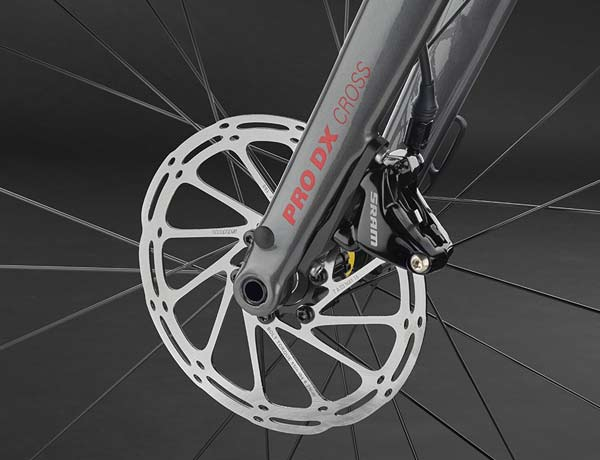 Impressive appearance: full-carbon fork with 15 mm thru axle and internally routed brake cables