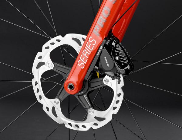 Maximaal remvermogen: de hydraulische discs met 160 mm doorsnede in combinatie met een 12 mm steekas zorgen voor remvermogen dat je op een racefiets nog nooit hebt gezien