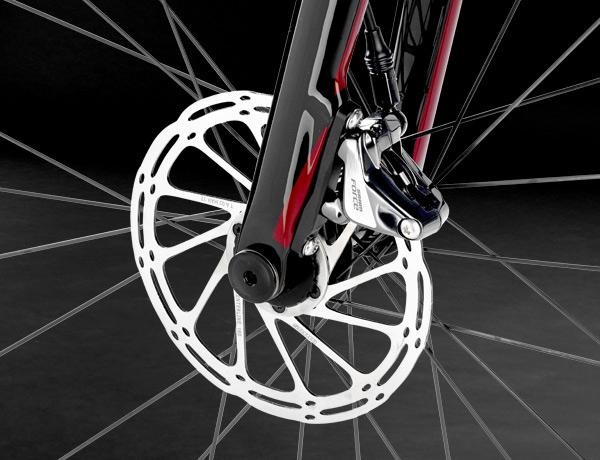 Vollcarbongabel mit 12 mm Steckachse und FlatMount Disc – optimale Bremsleistung bei jedem Wetter