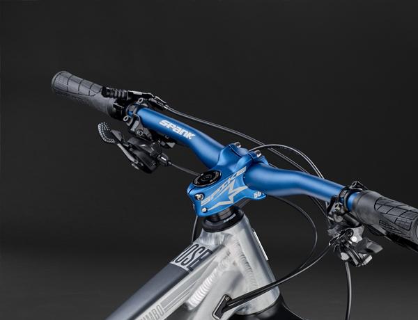 Cockpit die de aandacht wekt: blauw geanodiseerde onderdelen van Spank – stijlvol, belastbaar, goed