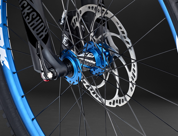 Kleurrijke accenten voor meer fun aan de fiets: Spank Spike Race wielen met een fraaie naaf