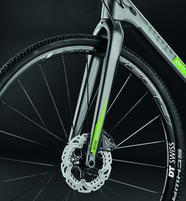 Strong duo: full-carbon fork with 15 mm thru axle and the hydraulic Ultegra di2 disc brake with FlatMount standard