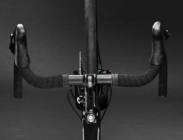 Highly functional and elegant: Ritchey stem and Ritchey WCS Evomax handlebar with comfortable gel bar tape