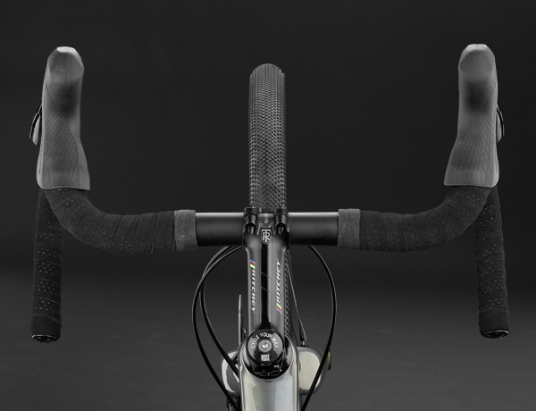 That's gravel: The elegant Ritchey Evomax handlebar from the WCS series offers maximum control