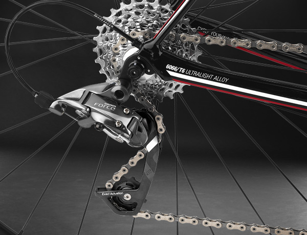 Almost invisible: cable of electronic and mechanical shifting system – perfectly routed