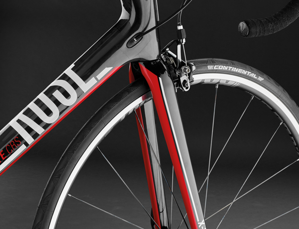 Our gem: High-Performance carbon fork, consisting of 140 manually wrapped carbon layers